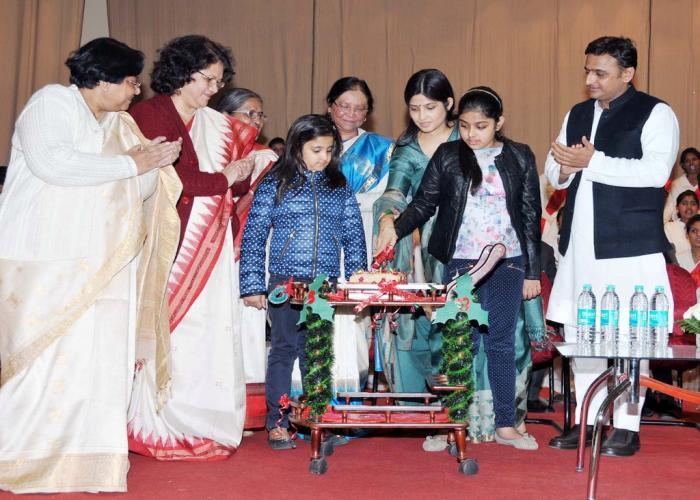 17 दिसम्बर, 2014 को मुख्यमंत्री श्री अखिलेश यादव आई0टी0 काॅलेज, लखनऊ में गल्र्स हाॅस्टल की नई बिल्डिंग के लोकार्पण अवसर पर।