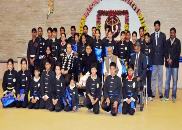उत्तर प्रदेश के मुख्यमंत्री श्री अखिलेश यादव 25 दिसम्बर, 2014 को अपने सरकारी आवास पर उ0प्र0 कुंग फू टीम के खिलाडि़यों के साथ।