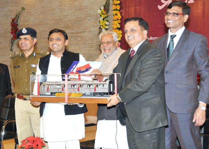30 दिसम्बर, 2014 को उत्तर प्रदेश के मुख्यमंत्री श्री अखिलेश यादव लखनऊ मेट्रो रेल के मेट्रो कोच के माॅडल का अवलोकन करते हुए।