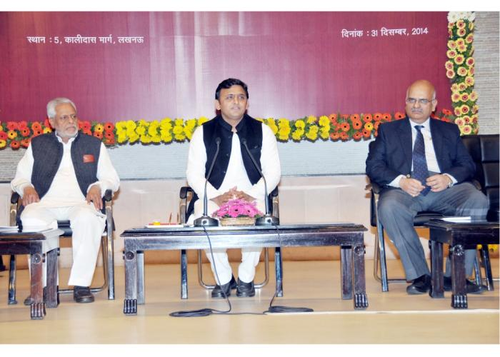दिनांक 31 दिसम्बर, 2014 को उत्तर प्रदेश के मुख्यमंत्री श्री अखिलेश यादव अपने सरकारी आवास पर प्रेस वार्ता करते हुए।
