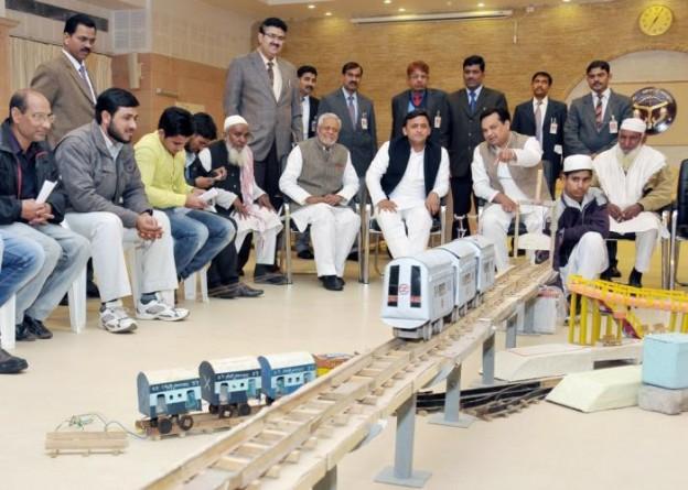 मुख्यमंत्री श्री अखिलेश यादव 03 फरवरी, 2015 को अपने सरकारी आवास पर मेट्रो का माॅडल बनाने वाले जिला शामली के श्री अब्दुस्समद के साथ माॅडल देखते हुए।