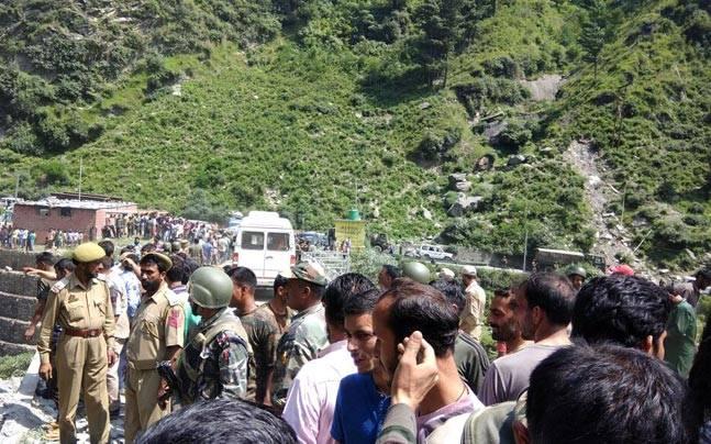 अमरनाथ यात्रियों की बस खाई में गिरी