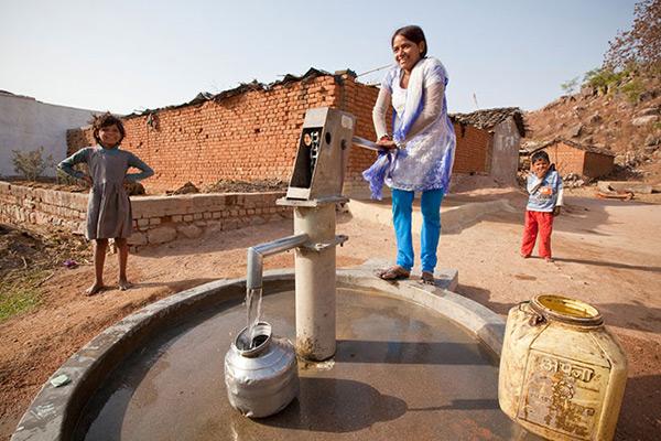 मुख्यमंत्री श्री अखिलेश यादव ने ग्रामीण क्षेत्रों में 47,900 नये इण्डिया मार्क-2 हैण्डपम्प स्थापित करने के निर्देश दिए