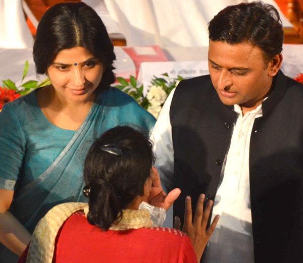 लड़की ने रोते हुए कहा, अगर आप मेरे भाई हो, पिता हो तो प्लीज मेरी मदद करो, मुख्यमंत्री अखिलेश यादव ने पोंछे आँसू