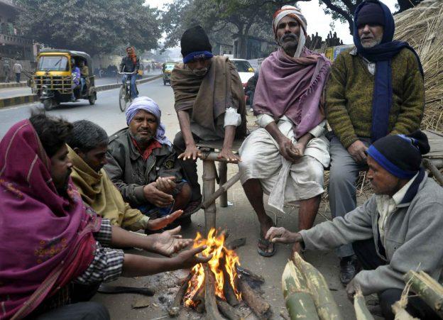 मुख्यमंत्री श्री अखिलेश यादव ने शीतलहर में अलाव जलवाने और कम्बल बांटने की व्यवस्था करने के निर्देश दिए
