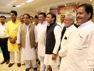 बहराइच से कांग्रेस विधायक मुकेश श्रीवास्तव सपा में शामिल