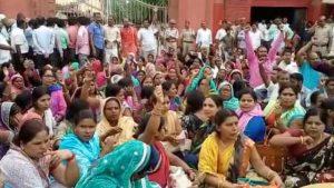 राष्ट्रपति रामनाथ कोविंद के घर का घेराव करने पहुंचे हजारों शिक्षामित्र