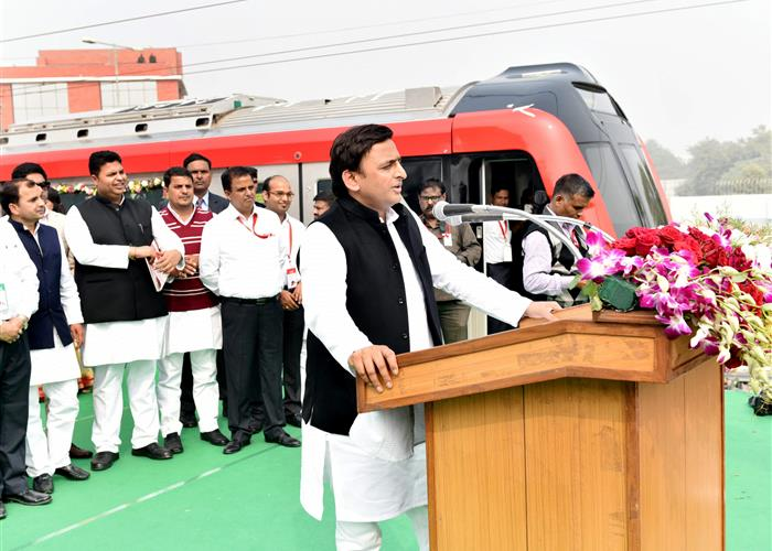 मुख्यमंत्री श्री अखिलेश यादव ने लखनऊ मेट्रो रेल के ट्रायल रन का शुभारम्भ किया