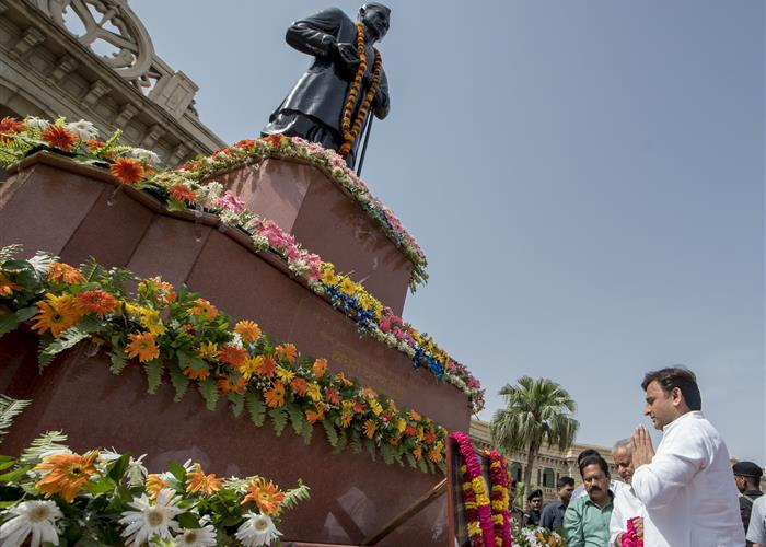 मुख्यमंत्री श्री अखिलेश यादव ने पूर्व प्रधानमंत्री चौधरी चरण सिंह को भावभीनी श्रद्धांजलि दी