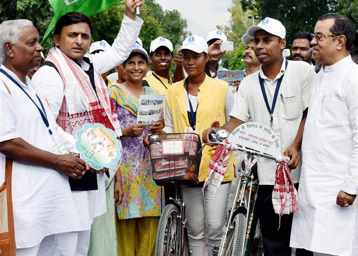 मुख्यमंत्री श्री अखिलेश यादव ने 'शान्ति सद्भावना साइकिल यात्रा' को रवाना किया