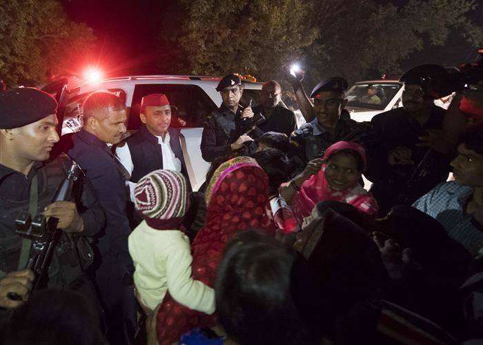 मुख्यमंत्री श्री अखिलेश यादव के निर्देश पर जनपद उन्नाव के रघुबरखेड़ा गांव के 02 निवासियों के दरवाजों पर हैण्डपम्प लगाने का कार्य प्रारम्भ