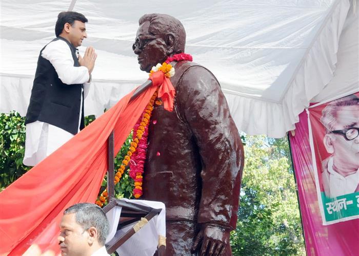 मुख्यमंत्री श्री अखिलेश यादव ने लोहिया ट्रस्ट तथा राम मनोहर लोहिया पार्क में स्थापित डाॅ0 राम मनोहर लोहिया की प्रतिमा पर माल्यार्पण किया