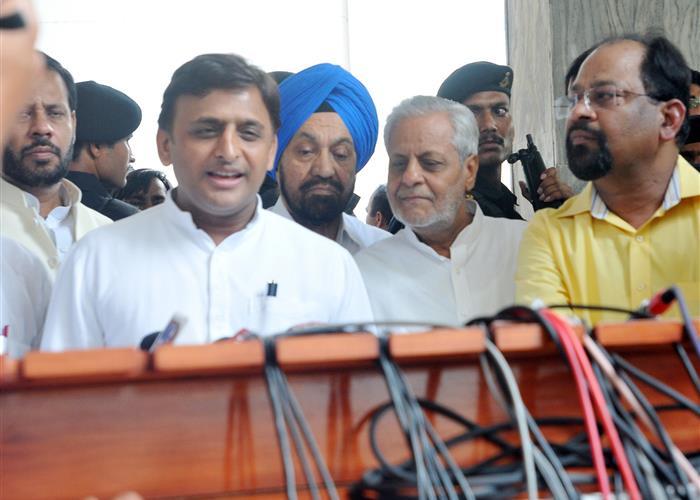 मुख्यमंत्री श्री अखिलेश यादव ने सिन्धु दर्शन यात्रा पर जाने वाले यात्रियों को बधाई दी