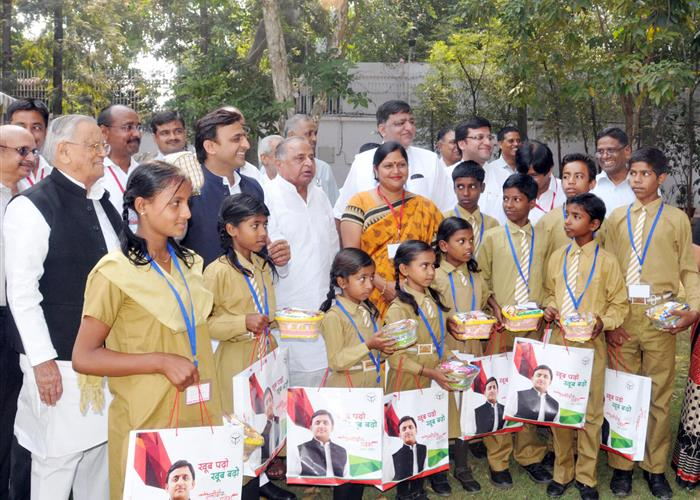 मुख्यमंत्री श्री अखिलेश यादव एवं पूर्व रक्षा मंत्री श्री मुलायम सिंह यादव ने छात्र-छात्राओं को थाली एवं गिलास वितरित किये