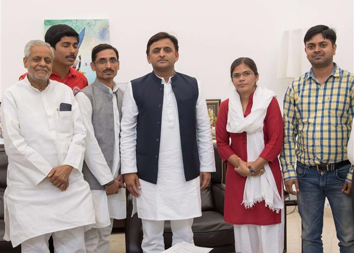 मुख्यमंत्री श्री अखिलेश यादव से इलाहाबाद विश्वविद्यालय की छात्र नेता सुश्री ऋचा सिंह ने मुलाकात की