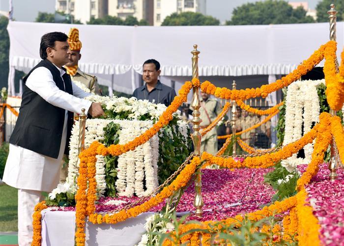 पुलिस स्मृति दिवस पर मुख्यमंत्री श्री अखिलेश यादव ने शहीद पुलिसकर्मियों को श्रद्धांजलि अर्पित की