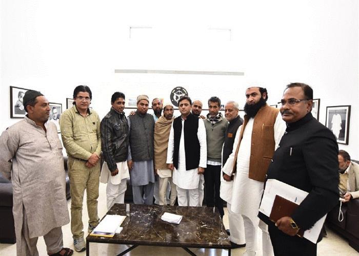 मुख्यमंत्री श्री अखिलेश यादव से शामली की घटना में मारे गये बच्चे के परिजनों ने भेंट की