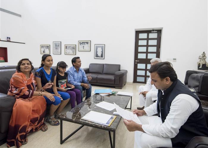 मुख्यमंत्री श्री अखिलेश यादव ने बुलन्दशहर की दो बालिकाओं कु0 लतिका और कु0 तान्या से भेंट की