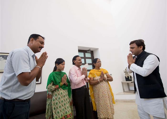 मुख्यमंत्री श्री अखिलेश यादव ने फोटो जर्नलिस्ट श्री रवि कनौजिया के परिजनों को 20 लाख रु0 की आर्थिक सहायता प्रदान की