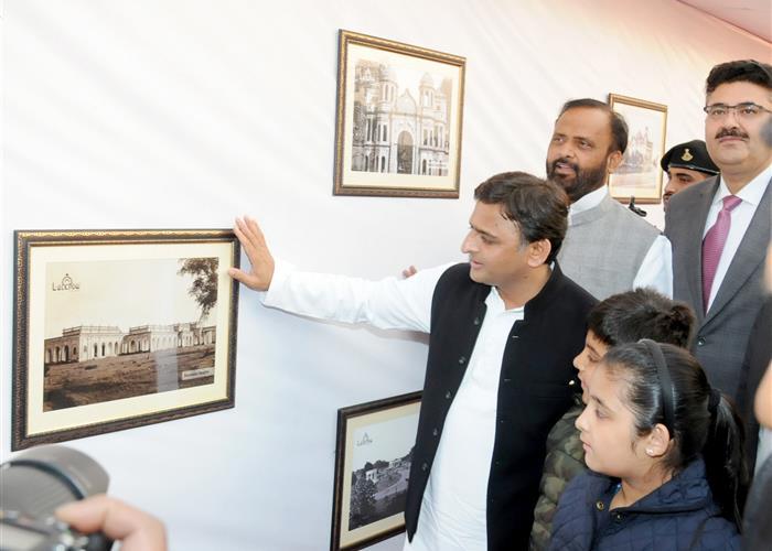 उत्तर प्रदेश के मुख्यमंत्री श्री अखिलेश यादव 14 फरवरी, 2016 को जनेश्वर मिश्र पार्क, लखनऊ में उत्तर प्रदेश पर्यटन दिवस के अवसर पर आयोजित फोटो प्रदर्शनी का अवलोकन करते हुए।