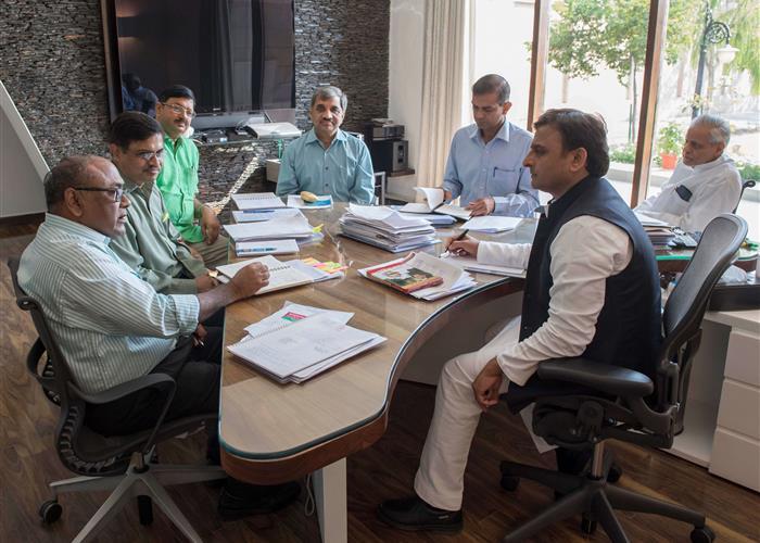 मुख्यमंत्री श्री अखिलेश यादव ने डेंगू रोग के उपचार के लिए प्रभावी कदम उठाने के निर्देश दिए