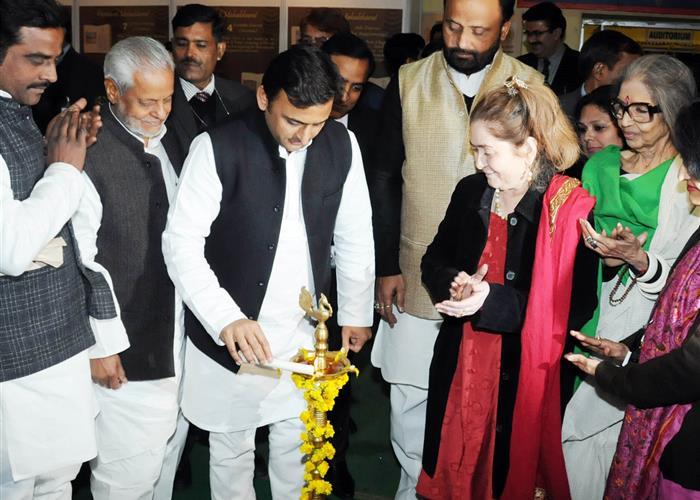 मुख्यमंत्री श्री अखिलेश यादव 19 दिसम्बर, 2015 को पर्यटन भवन, गोमती नगर, लखनऊ में आयोजित 'महाभारत महोत्सव' का दीप प्रज्ज्वलित कर शुभारम्भ करते हुए।