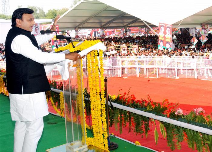 मुख्यमंत्री श्री अखिलेश यादव ने बुन्देलखण्ड क्षेत्र के विभिन्न जनपदों की लगभग 339 करोड़ रु0 की 101 विकास परियोजनाओं का लोकार्पण करने के साथ-साथ लगभग 416 करोड़ रु0 की 57 परियोजनाओं शिलान्यास भी किया