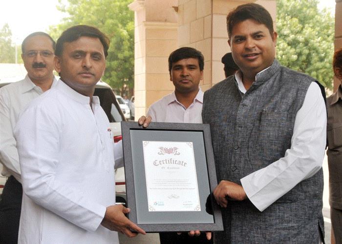 उत्तर प्रदेश के मुख्यमंत्री श्री अखिलेश यादव को दिनांक 14 जून, 2016 को राज्य को मिले 'बेस्ट इण्डियन स्टेट इम्पावरिंग यूथ थ्रू स्किल डवलपमेंट' पुरस्कार को सौंपते श्री अभिषेक मिश्र।