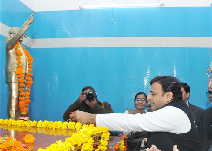 मुख्यमंत्री श्री अखिलेश यादव ने बाबा साहेब डाॅ0 भीमराव अम्बेडकर के परिनिर्वाण दिवस पर उन्हें श्रद्धांजलि अर्पित की
