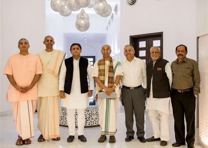 मुख्यमंत्री श्री अखिलेश यादव से अक्षयपात्र फाउण्डेशन के वाइस चेयरमैन श्री चंचलापति दास ने भेंट की