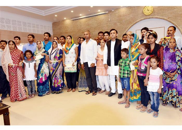 मुख्यमंत्री श्री अखिलेश यादव द्वारा सेना व पुलिस के शहीद जवानों के परिजनों को 20-20 लाख रु० की आर्थिक सहायता