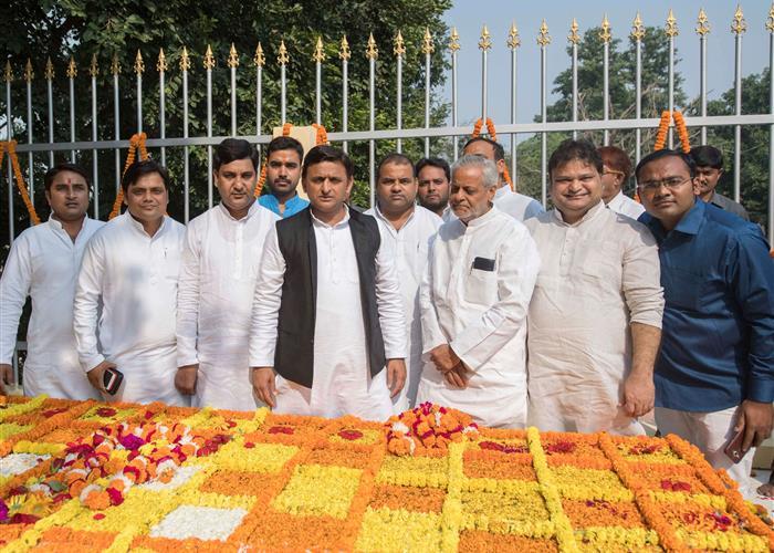 मुख्यमंत्री श्री अखिलेश यादव ने आचार्य नरेन्द्र देव की जयन्ती पर उनकी समाधि पर पुष्पांजलि अर्पित की