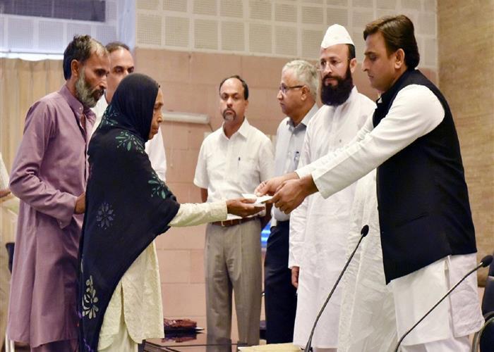 मुख्यमंत्री श्री अखिलेश यादव ने मुजफ्फरनगर घटना में लापता 15 लोगों के परिजनों को 15-15 लाख रु0 की आर्थिक सहायता की