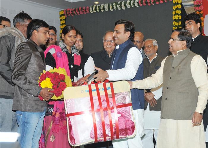 मुख्यमंत्री श्री अखिलेश यादव ने पुत्रियों की शादी हेतु अनुदान योजना का शुभारम्भ किया