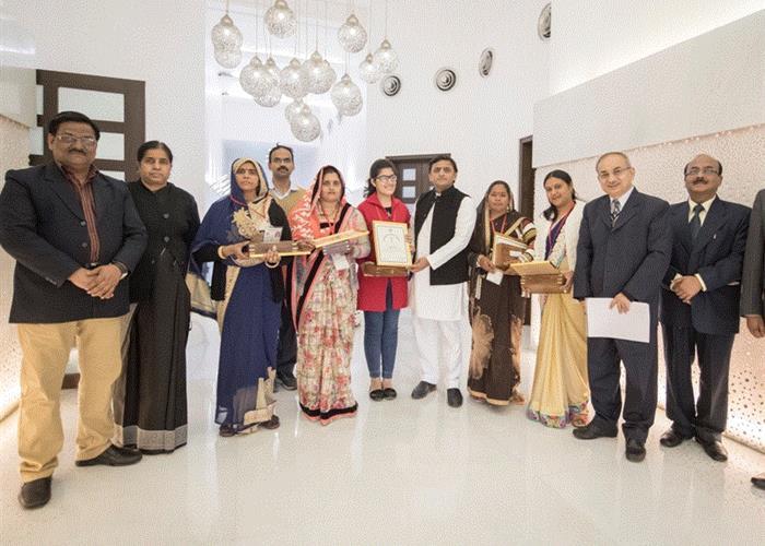 मुख्यमंत्री श्री अखिलेश यादव ने 4 महिला ग्राम प्रधान तथा एक बालिका को रानी लक्ष्मीबाई वीरता पुरस्कार से सम्मानित किया