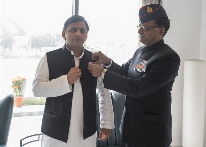 मुख्यमंत्री श्री अखिलेश यादव को सशस्त्र सेना झण्डा दिवस के अवसर पर निदेशक सैनिक कल्याण एवं पुनर्वास ने पिन फ्लैग लगाया