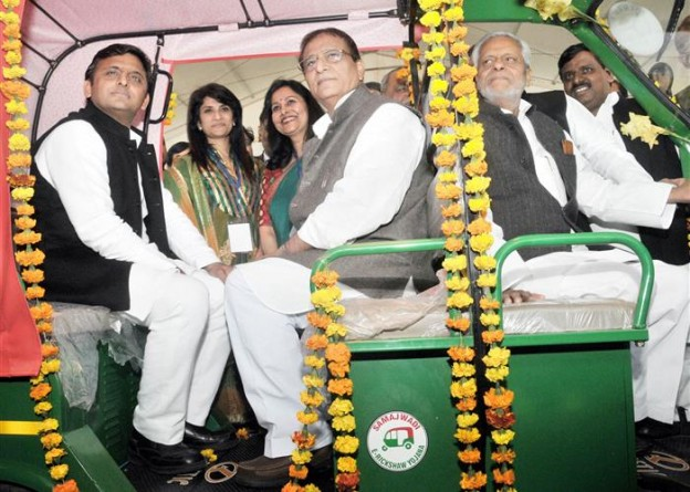 मुख्यमंत्री श्री अखिलेश यादव ने जनपद लखनऊ के 300 लाभार्थियों को समाजवादी ई-रिक्शा योजना के तहत निःशुल्क ई-रिक्शे प्रदान किए
