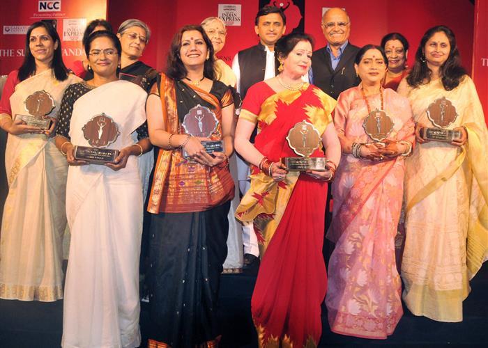 मुख्यमंत्री श्री अखिलेश यादव ने विभिन्न क्षेत्रों में उल्लेखनीय उपलब्धियां हासिल करने वाली 10 महिलाएं देवी विमेन अवार्ड से सम्मानित