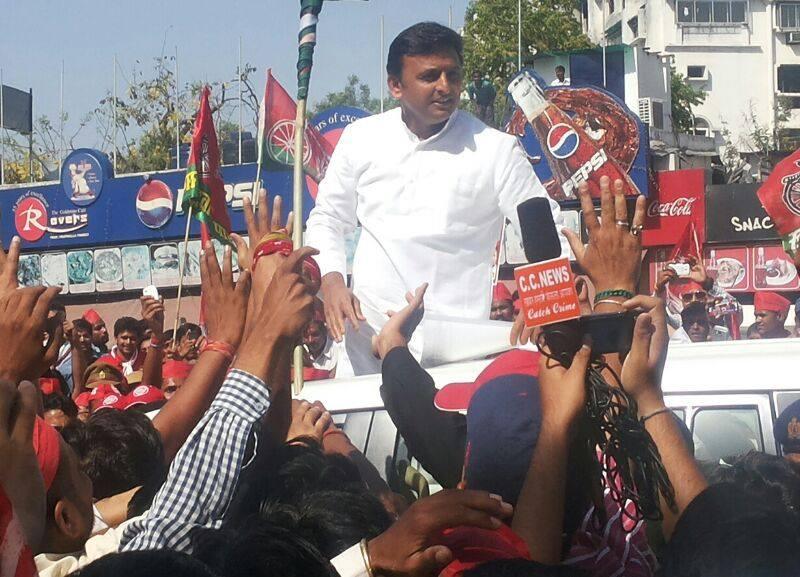 Akhilesh Yadav defends Vadra, calls Modi a 'Model of Dividing India'