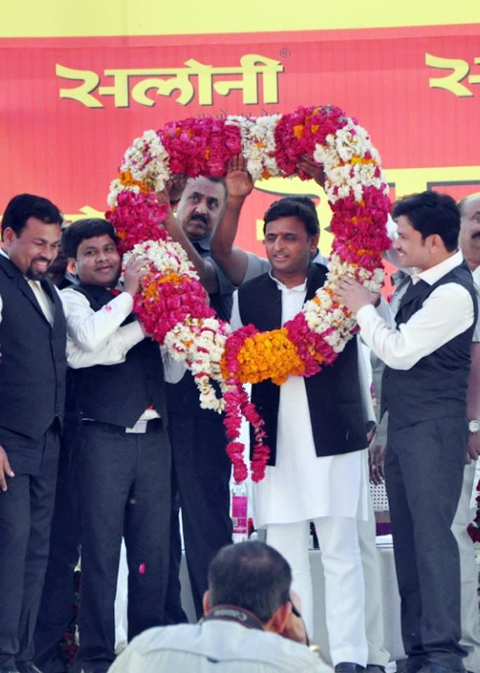 मुख्यमंत्री श्री अखिलेश यादव का 02 अप्रैल, 2015 को आगरा में आयोजित कार्यक्रम के दौरान पुष्प माला पहनाकर स्वागत किया गया।