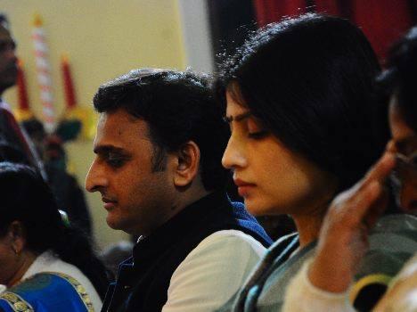 पेशावर में आतंकवाद का शिकार हुए लोगों के लिए मौन के दौरान उत्तर प्रदेश के मुख्यमंत्री श्री अखिलेश यादव।।