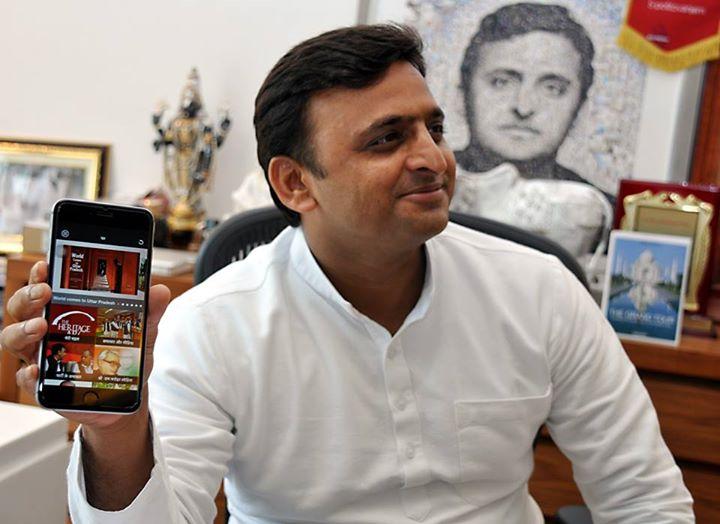 """मुख्यमंत्री श्री अखिलेश यादव ने 15 अगस्त, 2015 को अपने सरकारी आवास पर समाजवादी अखिलेश के नाम से मोबाइल एप्लीकेशन """"एप"""" लांच किया।"""