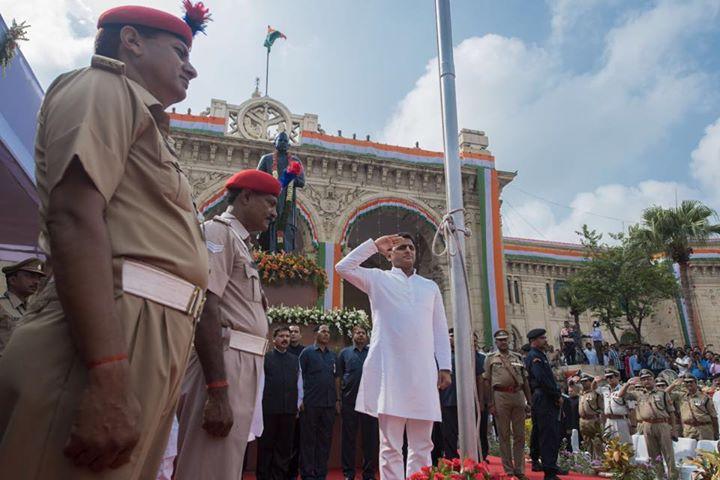 मुख्यमंत्री श्री अखिलेश यादव 15 अगस्त, 2015 को जनेश्वर मिश्र पार्क, लखनऊ में आयोजित पतंग उत्सव के उद्घाटन अवसर पर अपने विचार व्यक्त करते हुए।