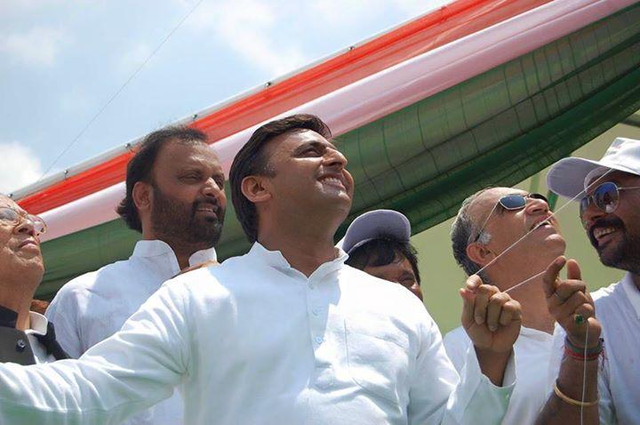 मुख्यमंत्री श्री अखिलेश यादव 15 अगस्त, 2015 को जनेश्वर मिश्र पार्क, लखनऊ में आयोजित पतंग उत्सव के उद्घाटन अवसर पर