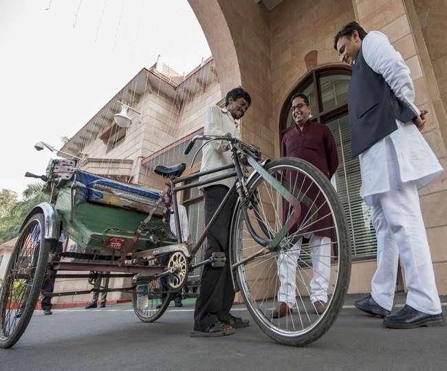मुख्यमंत्री श्री अखिलेश यादव के मेहमान को पहुंचाने वाले रिक्शाचालक मनीराम की मन गई दीवाली