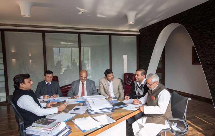 मुख्यमंत्री श्री अखिलेश यादव ने आज कार्यों की समीक्षा की।