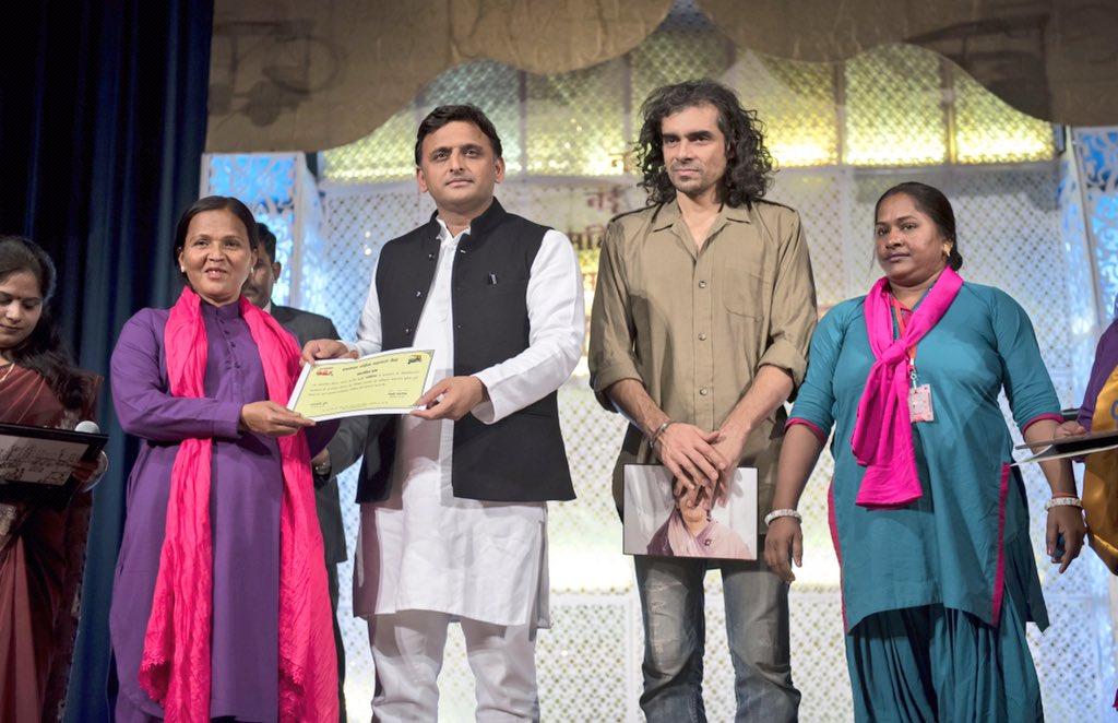 मुख्यमंत्री श्री अखिलेश यादव ने हमसफ़र महिला सहायता केन्द्र व आषा ट्रस्ट द्वारा 07 महिला चालकों द्वारा चलाई जा रही आॅटो और ई-रिक्षा का शुभारम्भ किया
