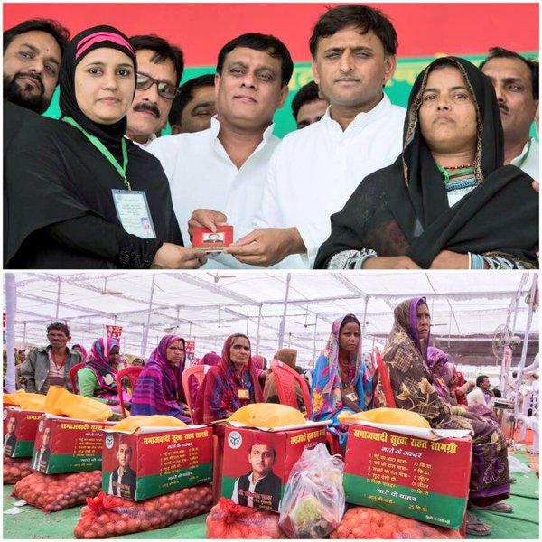 उत्तर प्रदेश के मुख्यमंत्री श्री अखिलेश यादव 19 अप्रैल, 2016 को जनपद ललितपुर में एक महिला लाभार्थी को समाजवादी पेंशन योजना से लाभान्वित करते हुए।