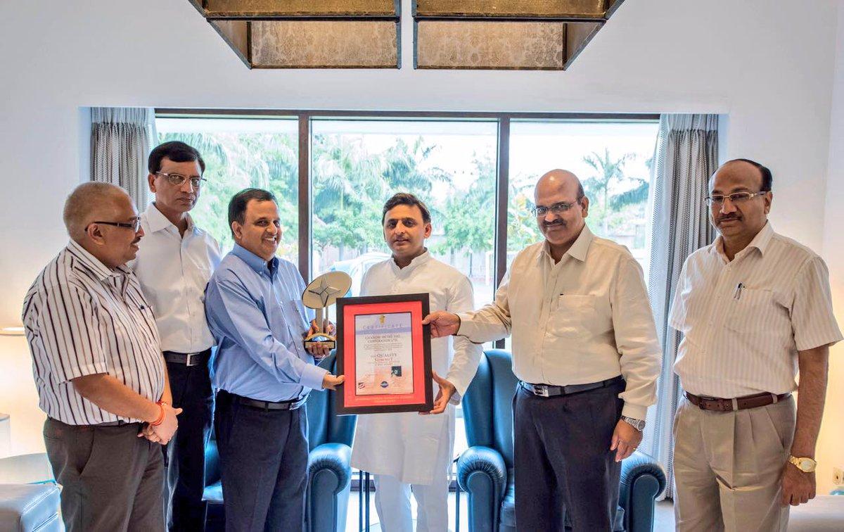 उत्तर प्रदेश के मुख्यमंत्री श्री अखिलेश यादव को 13 जून, 2016 को मेट्रो रेल काॅरपोरेशन के प्रबन्ध निदेशक न्यूयाॅर्क में प्राप्त इण्टरनेशनल क्वालिटी सम्मिट अवाॅर्ड सौंपते हुए।