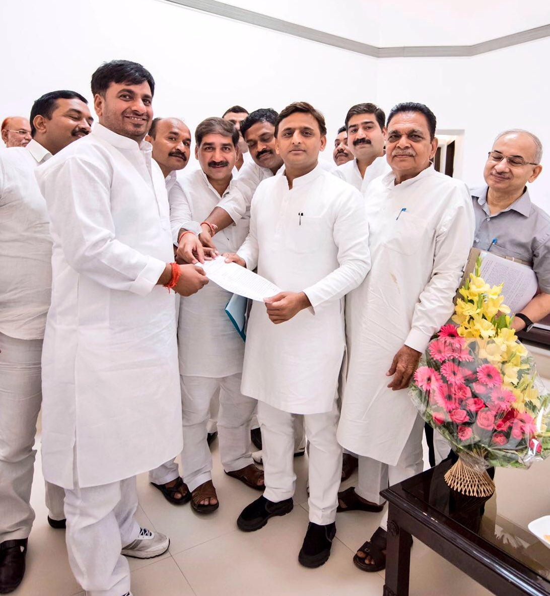उत्तर प्रदेश के मुख्यमंत्री श्री अखिलेश यादव से 16 जून, 2016 को उनके सरकारीआवास 5 कालिदास मार्ग पर ब्लाॅक प्रमुख संघ का प्रतिनिधिमण्डल मुलाकात करते हुए।